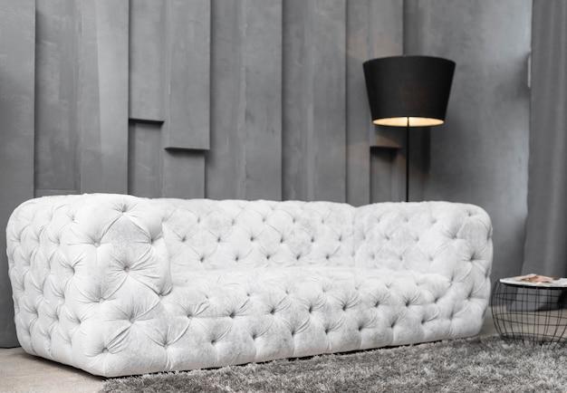 Sofá elegante na moderna sala de estar
