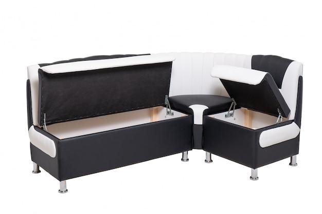 Sofá individual de couro para escritório com recipientes de madeira ocultos abertos e isolados no branco