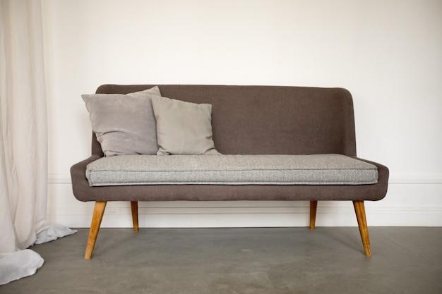 Sofá marrom e cinza simples com pernas de madeira