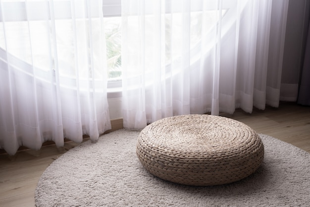 Sofá moderno feijão na sala de estar com janela de iluminação.