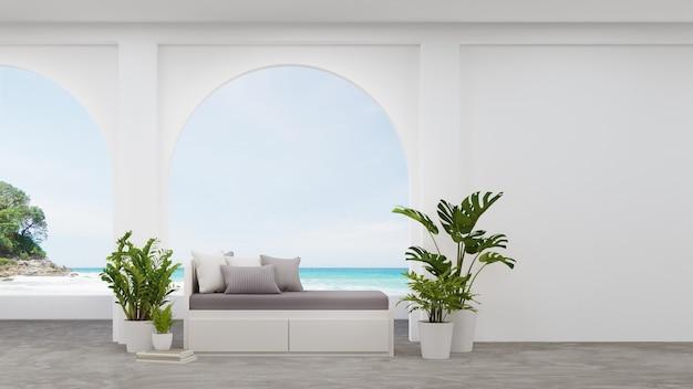 Sofá perto da parede branca em branco da sala de estar.