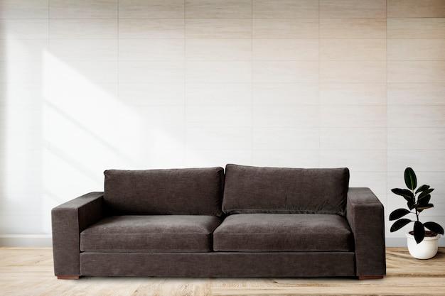 Sofá por uma parede de azulejos