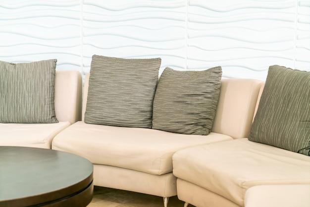 Sofá vazio com almofadas no lobby do hotel