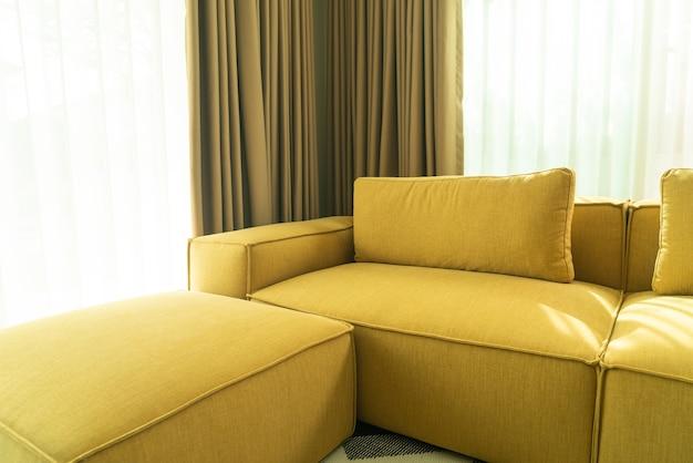 Sofá vazio de mostarda dourada na sala de estar
