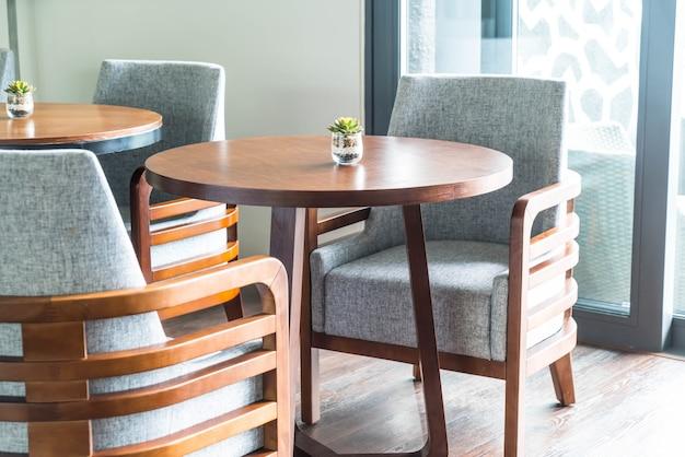 Sofá vazio e decoração de cadeira na sala de estar