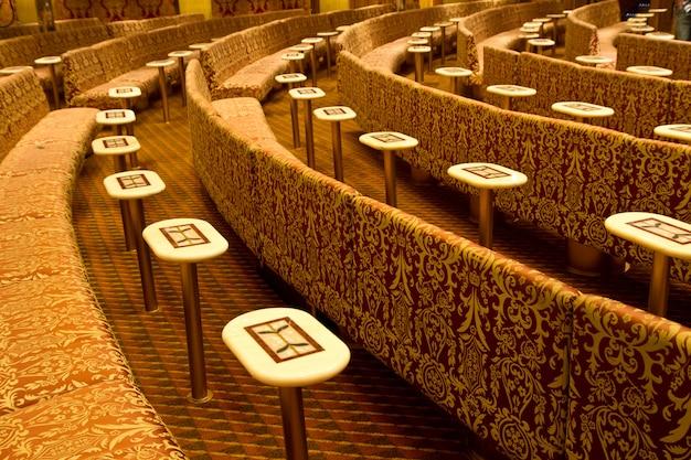 Sofás com mesas