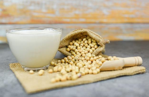 Soja e grãos de soja secos no saco