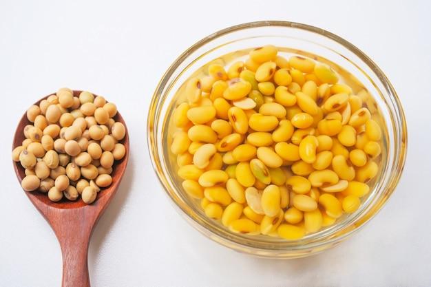 Soja embebida ou feijão de soja em uma tigela de vidro, prepare-se para o leite de soja ou leite de soja