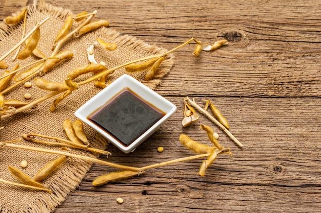 Soja madura e seca em vagens e molho de soja escuro