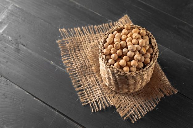 Soja na mesa de madeira