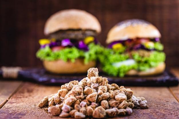Soja processada, usada em hambúrguer de soja, grão de bico e várias proteínas, alimentos vegetais
