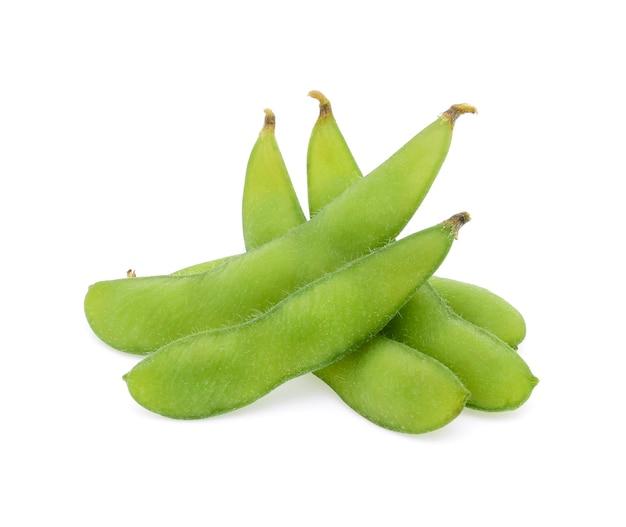 Soja verde fresca em fundo branco