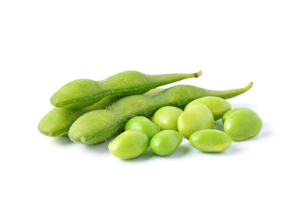 Soja verde sobre fundo branco