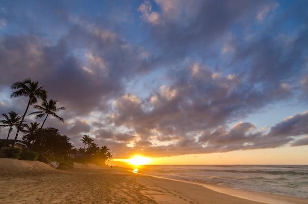 Sol, armando, sobre, ondas, praia, e, um, vasto, céu, ligado, praia ocaso, oahu, havaí, eua