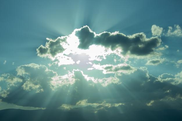 Sol atrás de uma nuvem negra durante o dia