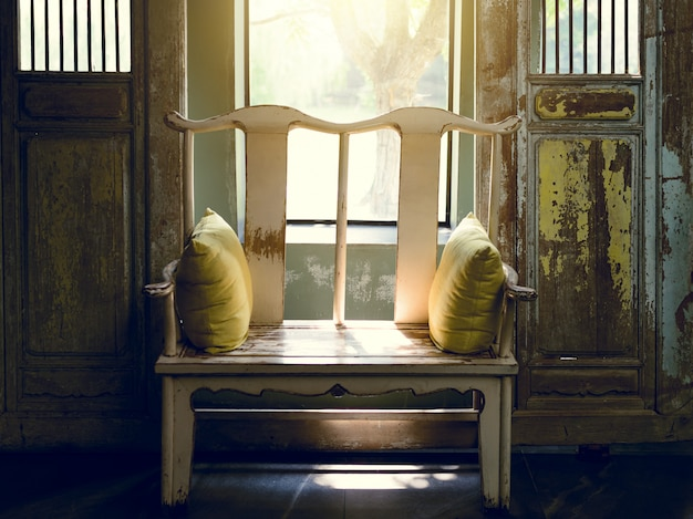 Sol da manhã com um velho banco de madeira de estilo chinês