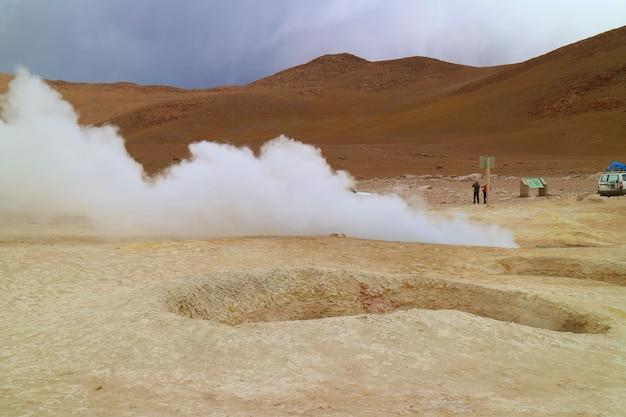 Sol de manana ou a área geotérmica morning sun na província de sur lipez, bolívia