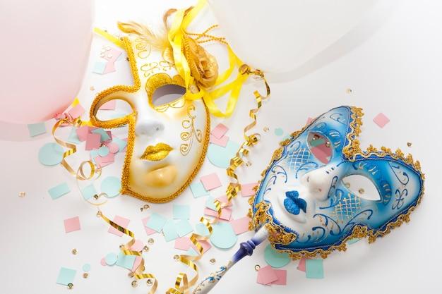 Sol dourado abstrato e máscaras de lua azul