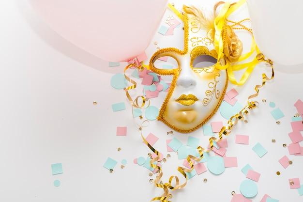 Sol dourado abstrato máscara colorida