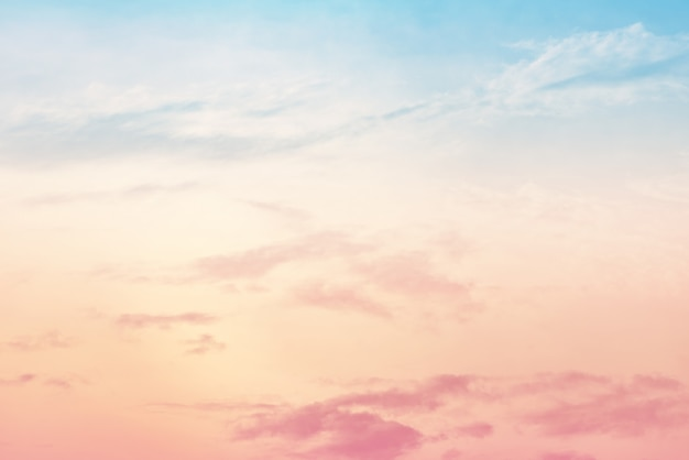 Sol e nuvem de fundo com uma cor pastel