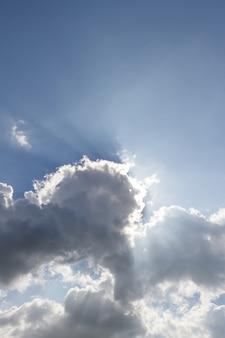 Sol, espreitar, através, a, nuvens, fundo