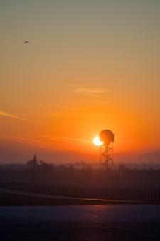 Sol nascente sobre o aeroporto. amanhecer dourado do amanhecer no porto aéreo