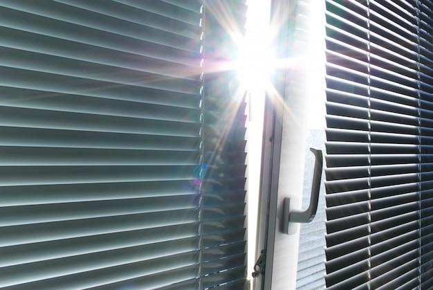 Sol pela janela.