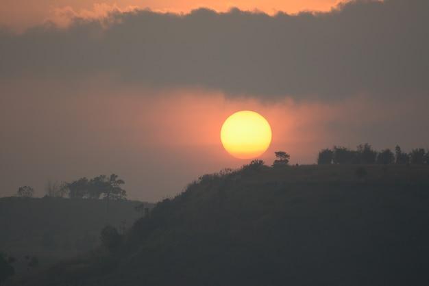 Sol se pondo entre a paisagem das montanhas