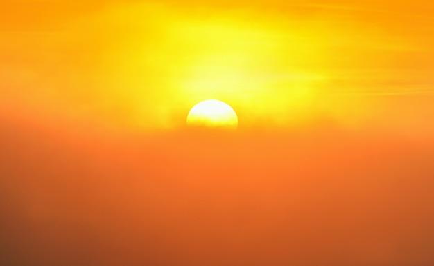 Sol sobre a névoa da montanha ao nascer do sol, névoa ao nascer do sol, névoa sobre a montanha durante o nascer do sol