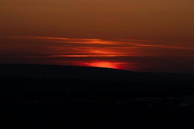 Sol vermelho sol vermelho se põe no horizonte