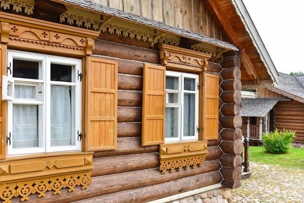 Solar nacional russo feito de toras naturais