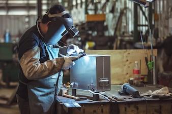 Solda Aliminum, Trabalhadores mascarados e luvas de segurança Solda Aliminum na fábrica.