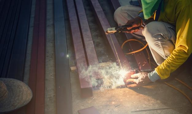 Solda de aço com eletricidade