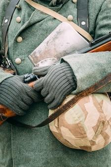 Soldado alemão com um rifle nas mãos