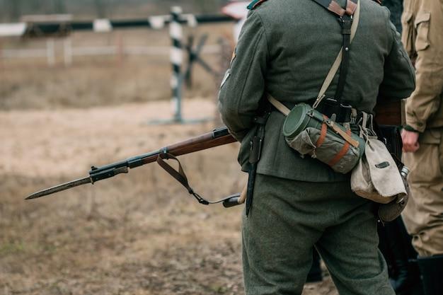 Soldado alemão de uniforme com uma faca rifle e baioneta