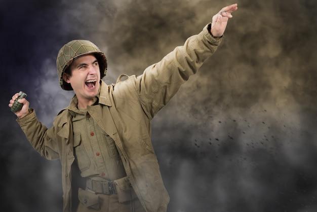 Soldado americano ww2 jogando uma granada