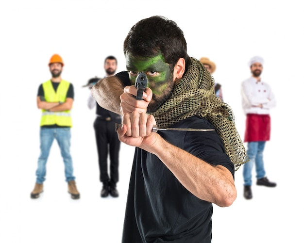 Soldado atirando com uma pistola