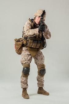 Soldado camuflado segurando rifle
