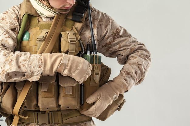 Soldado, camuflagem, segurando, rifle