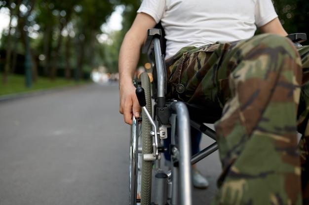 Soldado com deficiência, vista sobre as pernas. pessoas paralisadas e incapacitadas, superação de deficiências. homem com deficiência no parque