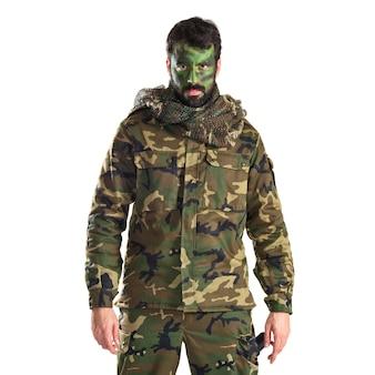 Soldado com o rosto pintado