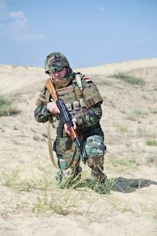 Soldado com rifle ak