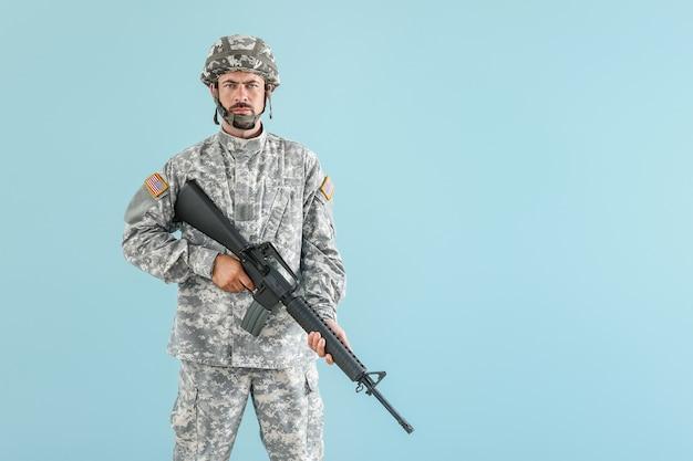 Soldado com rifle de assalto em azul