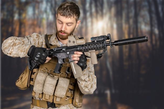 Soldado com rifle em uma floresta