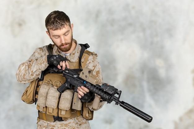 Soldado com rifle