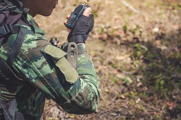 Soldado com talky walky preto