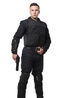 Soldado da força especial armada em uniforme preto