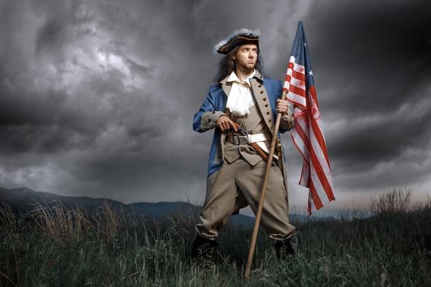 Soldado da guerra de revolução com bandeira americana