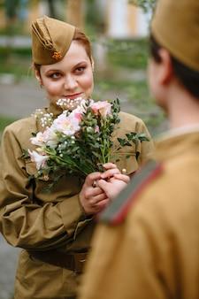 Soldado dá um buquê de mulher