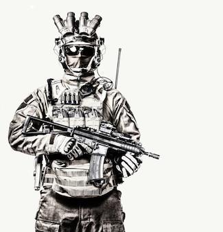 Soldado das forças de operações especiais, lutador de esquadrão anti-terrorista, mercenário militar com máscara e dispositivo de visão noturna, armado com retrato de estúdio de rifle de serviço de cano curto isolado fundo branco